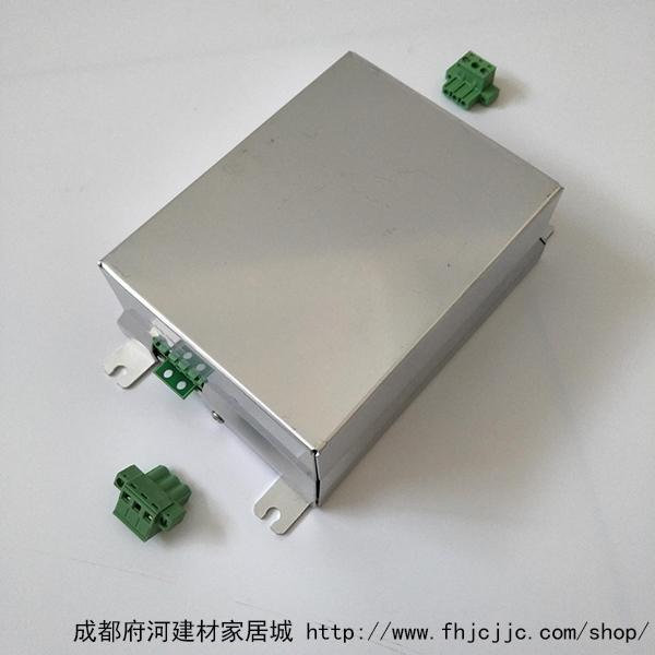 三、电磁感应灯的优点 1、长寿命 灯管方面,采用无灯丝的灯管,利用高频磁环的电磁感应的原理,在封闭的玻璃空腔中激活汞蒸气电离,形成环形电流回路,紫外线通过玻璃内壁上的三基色荧光粉,产生各种色温的可见光。不存在灯丝易断,电子粉易发射完,灯管电极处易发黑等现象;据权威资料统计,因电极灯丝而造成整灯报废的失效率在40~60%以上,无极灯管避免了此缺点,故寿命明显增长,且又能适合于特定有振动的场所。另灯管采用硬性玻璃,使玻璃管腔内保持长期气密性,并使用特制的汞合金及辅助汞齐技术,采用日本进口的三基色荧光粉,在2