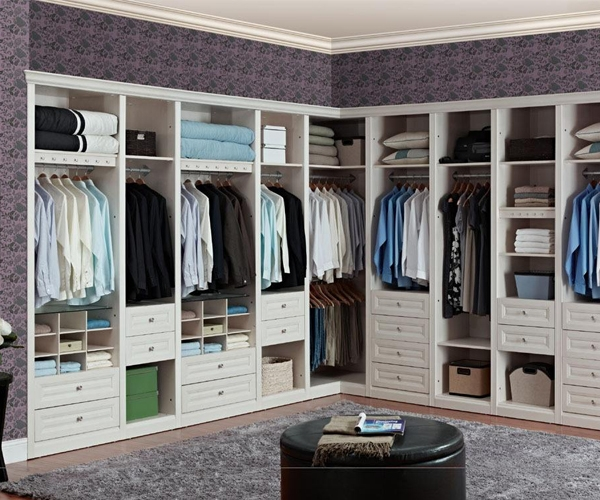 转角衣柜的缺点: 1、一组衣柜仅有一个门把手,开另一扇柜门时很不方便。 2、两组衣柜摆放在一起,相邻的两扇门打开时总会磕磕碰碰(一扇门有把手,一扇门没有把手),对柜门把手的漆面及柜门板面的保护不利。 3、转角处的衣柜内部除了设有挂衣物的衣架,还有叠放衣物的隔板,由于转角衣柜的柜门开度有限,拿取叠放的衣物很不方便。 关于转角衣柜的设计类型以及转角衣柜好不好等相关装修知识就为大家介绍到这里了,希望这篇文章对您有所帮助,如果您还有什么不明白的地方可以关注我们府河建材家居城,我们会尽快为您解答。